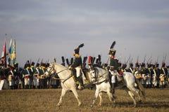 Les fans d'histoire dans des costumes militaires reconstitue la bataille de trois empereurs Photographie stock libre de droits
