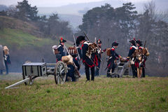Les fans d'histoire dans le costume militaire reconstitue la bataille de trois empereurs Photos stock