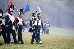 Les fans d'histoire dans le costume militaire reconstitue la bataille de trois empereurs Image stock