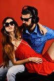 Les fans de musique avec les visages calmes apprécient la musique Détendez et musique image stock