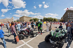 Les fans des vélos moteurs tous terrains extrêmes de quadruple démontrent leur Photos libres de droits