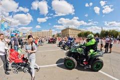 Les fans des vélos moteurs tous terrains extrêmes de quadruple démontrent leur Images libres de droits