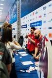 Les fans discutant et prenant des livres ont signé par Fredo et pidgin Photo libre de droits