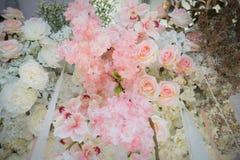 Les fausses fleurs décorent sur le contexte Photographie stock