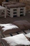 Les fauteuils avec des coussins ont fait le ‹d'†de ‹d'†avec du bois dans un café extérieur Image stock