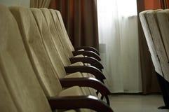 Les fauteuils dans la rangée dans la salle de conférences vident Image stock