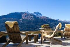 Les fauteuils en bois à une montagne logent la terrasse, Klosters Switzer Photographie stock