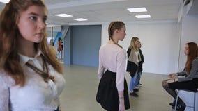 Les femelles belles s'exercent dans la passerelle dans la salle de bal spacieuse banque de vidéos