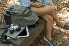 Les femmes écoutent la musique en parc image libre de droits
