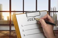 Les femmes écrivent pour faire la liste en 2017 Photographie stock libre de droits