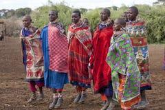 Les femmes éditoriales de masai de photo se sont habillées les vêtements nationaux et en sautant dans la danse traditionnelle, ja photographie stock libre de droits