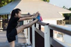 Les femmes étirent leurs muscles pour préparer Photo libre de droits