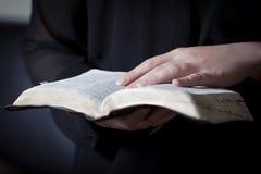 Les femmes étudient la bible photographie stock