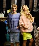 Les femmes achètent les manteaux velus Filles avec les visages gais Photos libres de droits