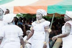 Les femmes africaines de femmes se réunissent pour la danse traditionnelle Amer Image stock