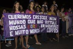 Les femmes agissent contre le viol collectif à Rio Photos stock