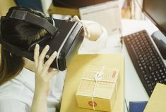 Les femmes asiatiques commencent le petit entrepreneur, emploient le vr pour communiquer, avec la boîte en carton pour les produi photos libres de droits
