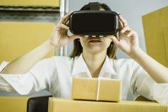Les femmes asiatiques commencent le petit entrepreneur, emploient le vr pour communiquer, avec la boîte en carton pour les produi image libre de droits
