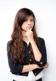 Les femmes asiatiques d'affaires posent comme pensant sur le CCB blanc photographie stock libre de droits