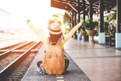 Les femmes asiatiques de touristes de mode de vie utilisant le sac à dos tenant la carte, l'emplacement de voyageur pour attendre image stock