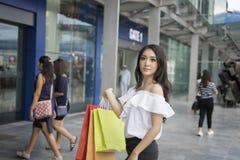 Les femmes asiatiques et la belle fille tient le sourire de paniers Photographie stock