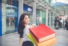 Les femmes asiatiques et la belle fille tient le sourire de paniers Photo stock