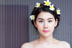 Les femmes asiatiques font face à beau ont des fleurs sur la tête photos libres de droits