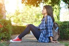 Les femmes asiatiques heureuses se baladent à l'arrière-plan de parc et de forêt Image stock