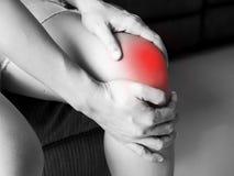 Les femmes asiatiques ont les blessures au genou aiguës et la souffrance des crampes de jambe images libres de droits
