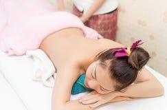 Les femmes asiatiques se trouve sur la préparation de lit de station thermale Photos stock