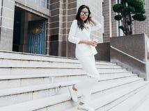 Les femmes asiatiques sont belle femme d'affaires photos stock