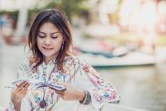 Les femmes asiatiques sont heureuses photographie stock libre de droits