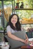Les femmes asiatiques sourient heureusement Dans un café-restaurant Photos stock