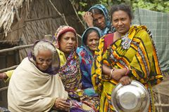 Les femmes attendent leurs maris de la pêche, Mongla, Bangladesh Image libre de droits
