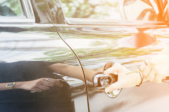 Les femmes attrapent les clés de voiture, Image stock