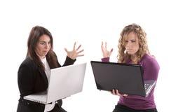 Les femmes avec le regard d'ordinateurs portatifs ont frustré Photo stock