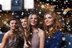 Les femmes avec le selfie de smartphone collent à la boîte de nuit Photos libres de droits