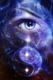 Les femmes bleues observent, avec l'espace et des étoiles, avec le yang de yin de simbol, collage abstrait de peinture illustration stock
