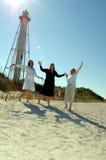 Les femmes célèbrent des vacances de plage Image libre de droits