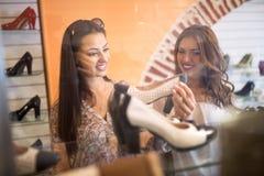 Les femmes choisit des chaussures Photos stock