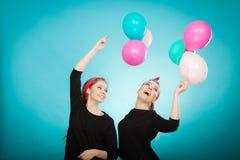 Les femmes comme de petites filles veulent la mouche loin par des ballons Photo stock