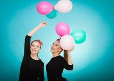Les femmes comme de petites filles veulent la mouche loin par des ballons Photos libres de droits