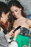Les femmes communiquent avec le téléphone portable Image stock