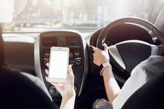 Les femmes conduit la voiture la vue arrière peut regarder à l'avant dans la même vue que le conducteur Et les amis tiennent les  Images libres de droits