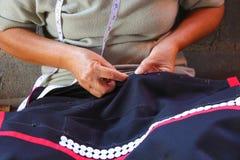 Les femmes cousent, robe tribale, robe de Phuthai Photos libres de droits