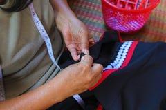 Les femmes cousent, robe tribale, robe de Phuthai Image stock