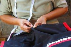 Les femmes cousent, robe tribale, robe de Phuthai Images libres de droits