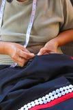 Les femmes cousent, robe tribale, robe de Phuthai Image libre de droits