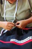 Les femmes cousent, robe tribale, robe de Phuthai Photo stock