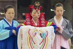 Les femmes démontrent la robe de mariage coréenne traditionnelle à Yongin, Corée Photos libres de droits